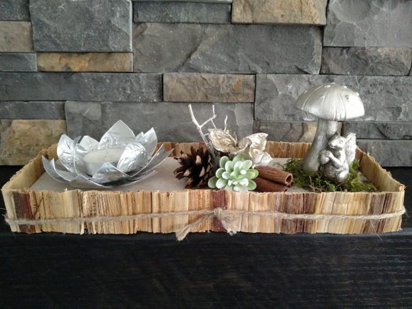 Tafelstuk op houten plateau met waxineroos